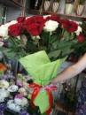 51 червона та біла троянда