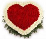 Грандиозное сердце из красных и белых роз