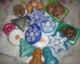 Мыльца-снежинки, пирожные, мандаринки понравятся и детям, и взрослым.