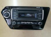 CD штатная магнитола Kia Rio 2012 AUX USB 2.0 на лицевой панели.