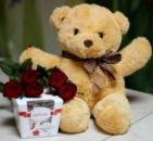 Ведмедик з букетом троянд і цукерками