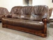 Большой трехместный кожаный диван на массивном дубовом каркасе