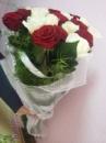 21 червона та біла троянда