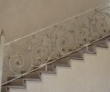 Кованые ограждения лестницы.