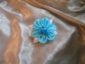 Заколка для волосся в техніці канзаші з атласних стрічок прикрашена бусинами. Автор handmade Христина Борисовська