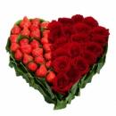 Сердце с клубникой и розами «Влюблённость»