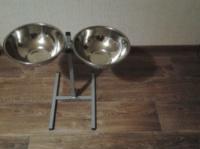 Стойка с двумя мисками для собак