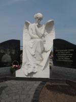 Скульптура ангела сидящего на тумбе из мрамора №3 escape:'html'