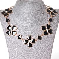 [15-35 мм.] Ожерелье ромбики и цветы из сердечек со стразами-серединками, металл Gold и черный глянец Код:368129043|escape:'html'