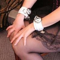 Белые кожаные наручники из кожи