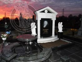Мраморный памятник с колонами и ангелами № 25