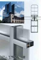 Остекление класической фасадной системой из алюминия.