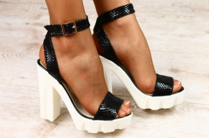 Женские босоножки на устойчивом каблуке кожаные черного цвета под питон