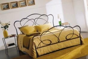 Кованая кровать «Винни» с двумя спинками.
