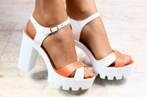 Женские босоножки на устойчивом каблуке бело - коралловые