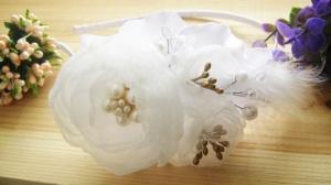 нарядный праздничный обруч с белыми цветами, украшениями и пером