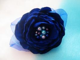 синий пышный цветок из атласа и шифона