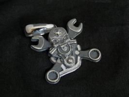 Подвеска-кулон Череп с двигателем и гаечными ключами. Серебро.