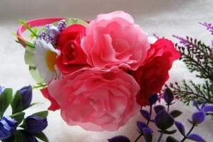 обруч малиновые розы с ромашкой