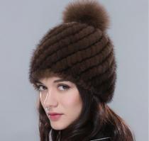 Женская норковая шапка с бубоном, вязанная основа. Коричневая шапка из норки