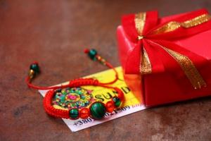 Купить амулет с красной нити от сглаза с бусинами из Индии и натуральным камнем малахитом! Спешите - уникальный браслет