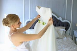 Квітковий декор ручної роботи на весільну сукню