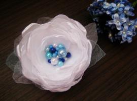 белый пышный цветок с бусинами