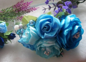 голубые и мятные цветы разных оттенков с бусинами