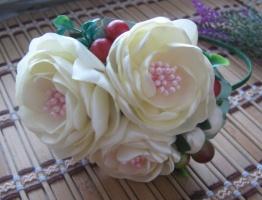 кремовые розы с калинкой и бутончиками