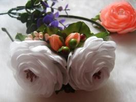 обруч с белыми и персиковыми цветами