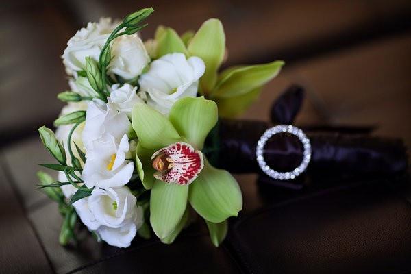Букет с зеленой орхидеей
