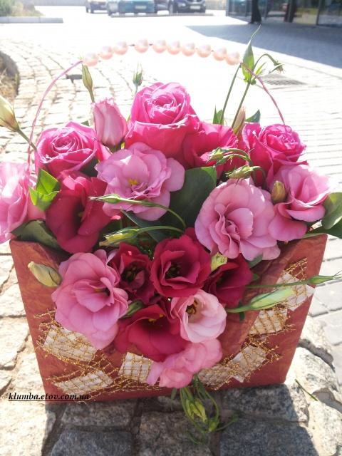 Корзинка-сумка из роз и эустомы